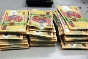 Bắt đôi nam nữ mang hơn 17 triệu tiền giả đến ngân hàng mở tài khoản