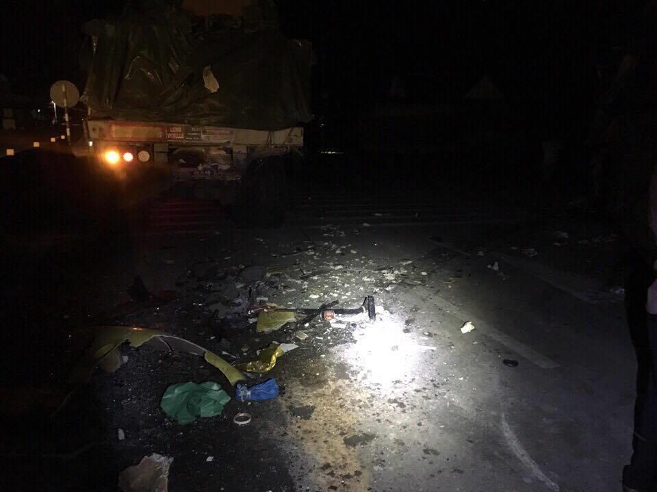 Xe khách đâm xe container, 2 người chết, hàng chục người bị thương