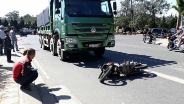 Thuê xe máy đi tham quan Đà Lạt, 2 du khách bị tông thương vong