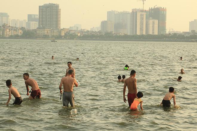 """Nắng nóng, người dân giải nhiệt ở """"bể bơi"""" lớn nhất Hà Nội"""