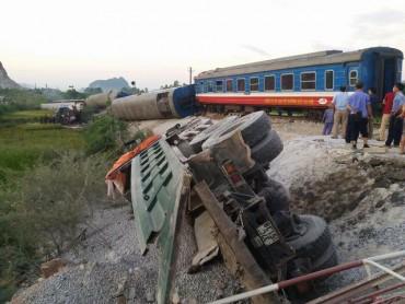 Tàu hỏa tông xe 'hổ vồ', 6 toa lật ngang, ít nhất 2 người tử vong