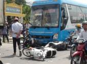 Xe khách tông xe container và 5 xe máy, 5 người nhập viện