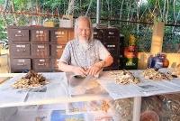 96 tuổi vẫn miệt mài chữa bệnh miễn phí người nghèo