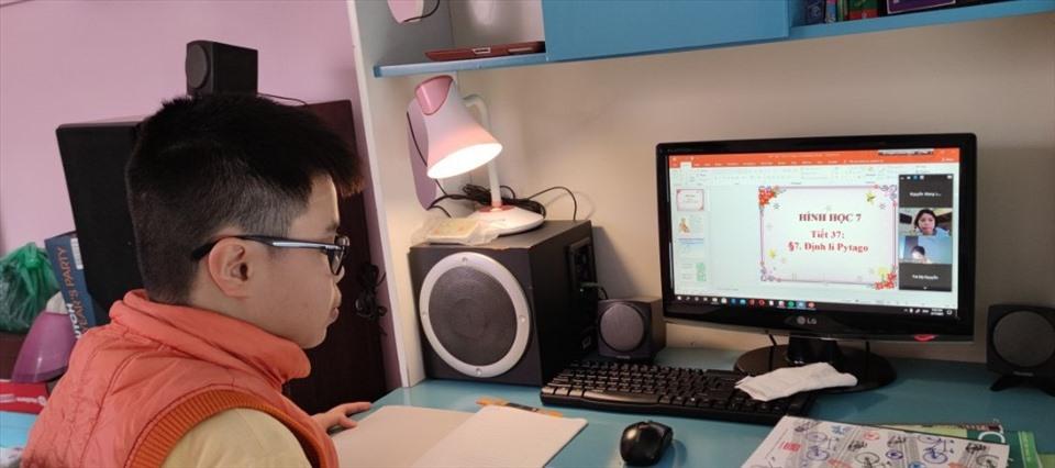 Học sinh học online trong thời gian dừng đến trường. Ảnh: Ánh Nguyệt