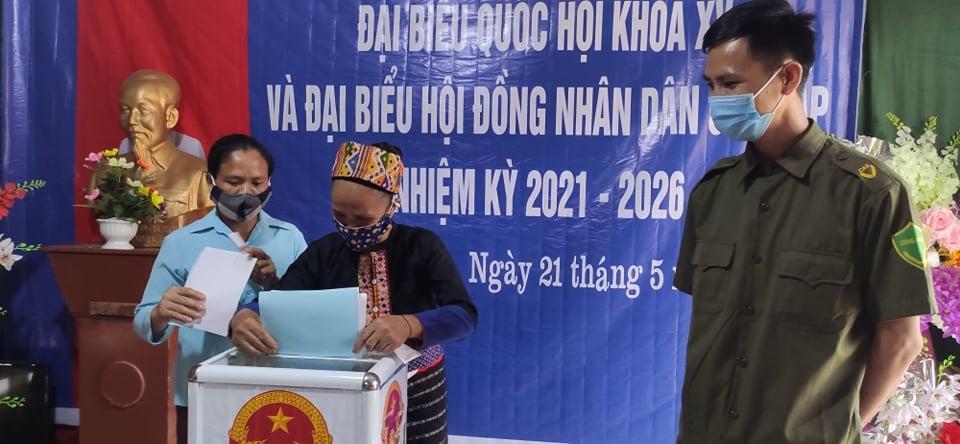 Bà con người Mông ở bản Huồi Cọ, xã biên giới Nhôn Mai, huyện Tương Dương tự tin bỏ lá phiếu bầu những đại biểu mình đã lựa chọn và gửi gắm niềm tin.