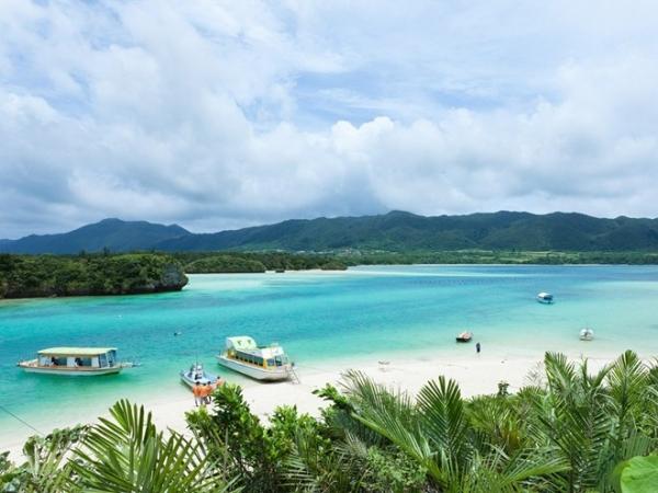 Vịnh Kabira, đảo Ishigaki: Là hòn đảo lớn nhất quần đảo Yaeyama, Ishigaki có rất nhiều bãi cát và san hô thích hợp để bơi lội hay tắm nắng. Một trong những nơi đẹp nhất lại không cho phép bạn thực hiện cả hai điều trên. Vịnh Kabira là một ốc đảo với làn nước xanh ngọc bích và bãi cát trắng nằm trong công viên quốc gia Iriomote-Ishigaki, đây cũng là một trong hai khu nuôi trồng ngọc trai đen ở Nhật. Bạn có thể mua tour du lịch bằng tàu đáy trong suốt để ngắm nhìn hệ sinh thái dưới biển.