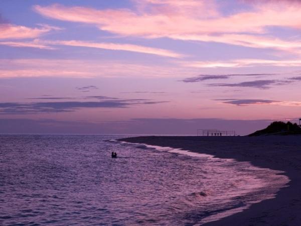 Bãi biển Yonaha Maehama, đảo Miyako: Nằm ở góc Tây Nam của đảo, bãi biển cát trắng này kéo dài hơn 6 km. Với làn nước trong vắt và nông, đây là địa điểm nổi tiếng cho du khách bơi lội và chơi các môn thể thao trên biển. Vào mùa thấp điểm, Yonaha Maehama đem lại cảm giác thư thái, bình yên như một bãi biển tư nhân.