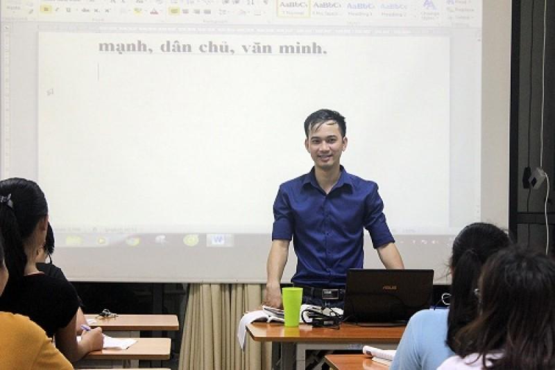 Thầy giáo trẻ hết lòng với học trò nghèo