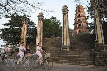 Nhiếp ảnh gia Pháp ra mắt sách ảnh Chùa Việt Nam nơi gửi gắm lòng tin