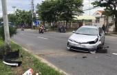 1 phụ nữ tông ô tô vào cột điện vì buồn ngủ