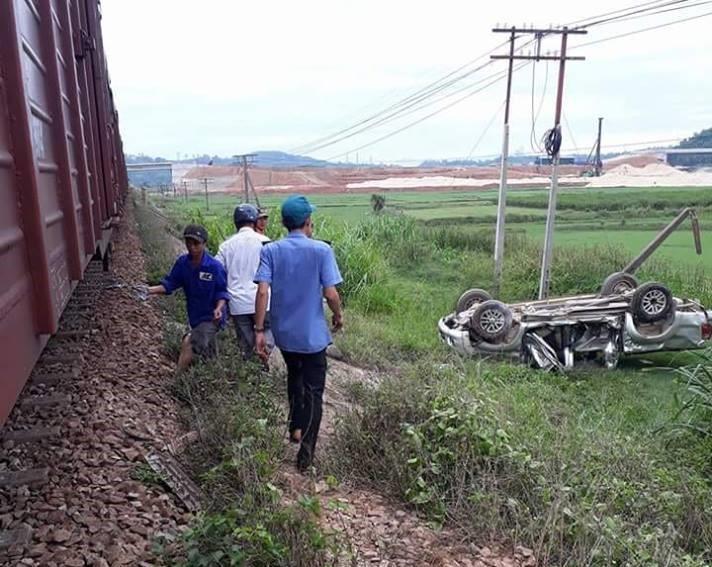 Bị tàu hỏa đâm, ô tô bẹp dúm, một người tử vong tại chỗ