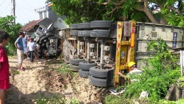 Xe container đâm sập nhà, cả gia đình bị thương nặng