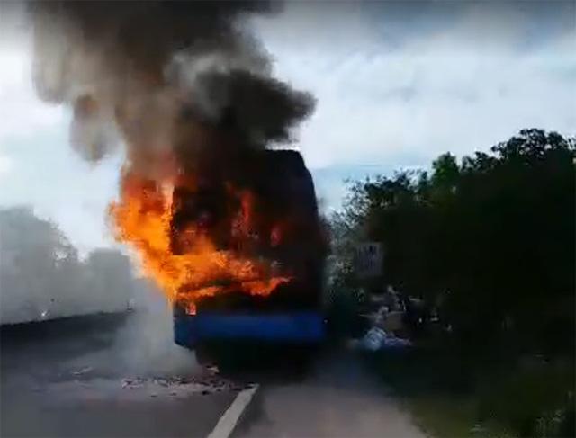 Xe khách cháy dữ dội trên quốc lộ, hàng chục người cuống cuồng dập lửa