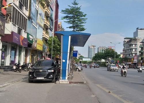 Nghịch lý điểm chờ xe buýt nằm dưới lòng đường
