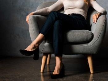 Ngồi bắt chéo chân và những tác động đối với sức khỏe