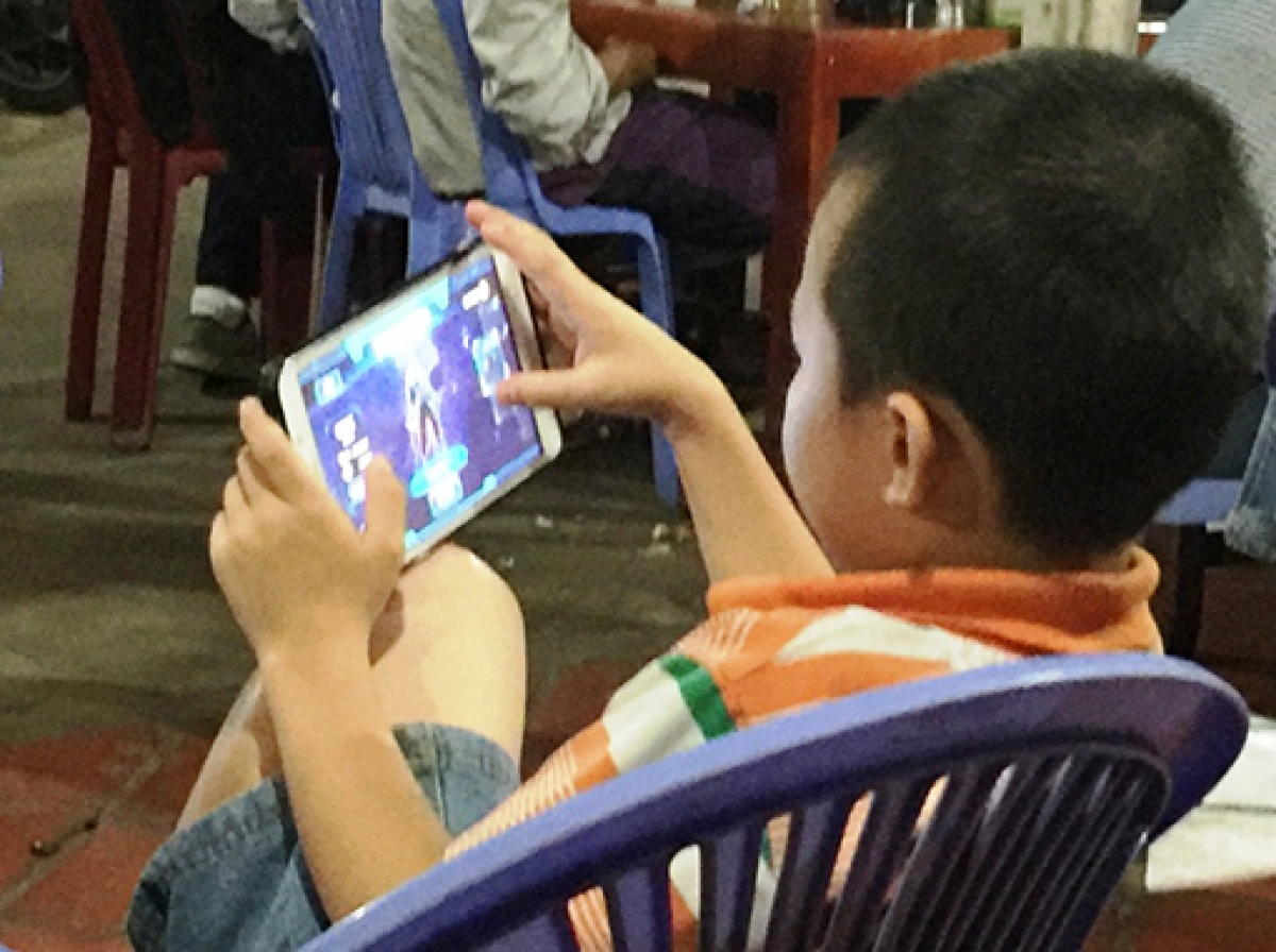 Các chuyên gia tâm lý cho rằng, bố, mẹ hãy dành ít nhất 30 phút để trò chuyện cùng con cái mỗi ngày, hạn chế tối đa việc xem tivi, chơi điện thoại (Ảnh minh họa)