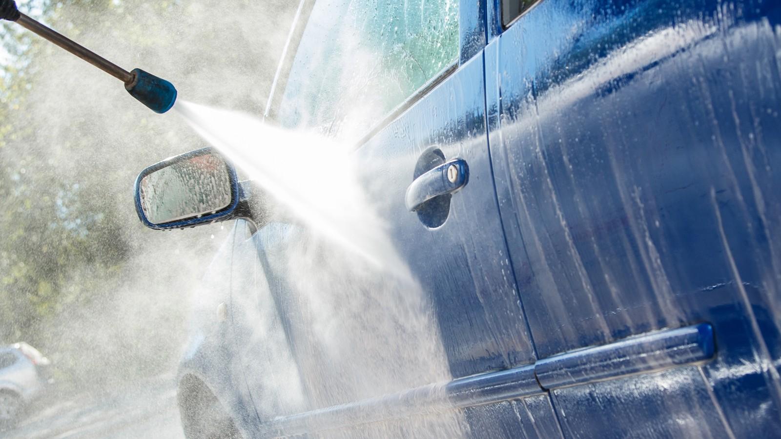 """Những """"sát thủ thầm lặng"""" gây hại ô tô khi rửa xe trong mùa hè"""