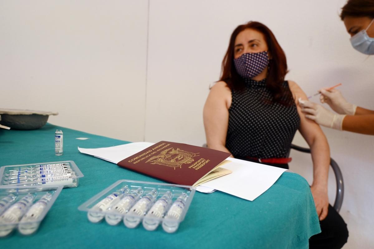 Một người Argentina nhận mũi tiêm ngừa Covid-19, theo chương trình tiêm vaccine cho du khách tại San Marino. Nguồn: Reuters