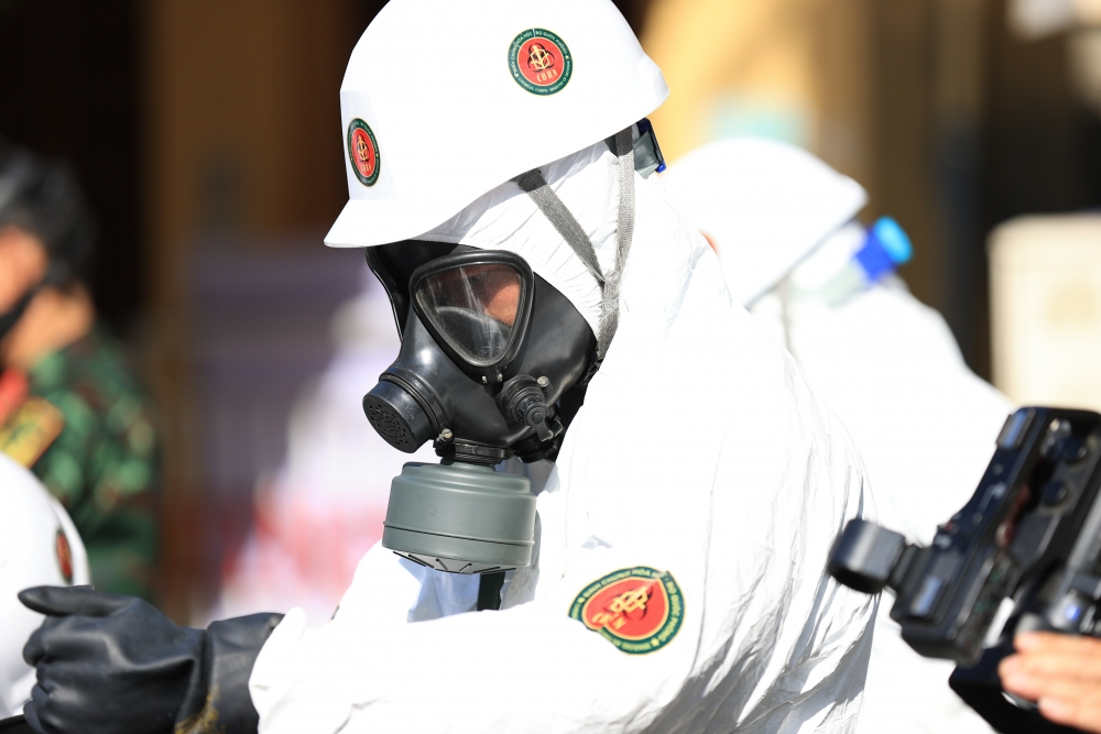 Quân đội phun khử khuẩn diện rộng nơi bệnh nhân Covid 19 sinh sống và làm việc