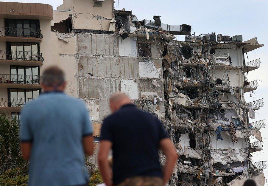 """""""Một bên của tòa nhà hoàn toàn sụp đổ"""" - anh Nicolas Fernandez, một người dân địa phương, nói. Anh vẫn chưa liên lạc được với một số người bạn đang sống trong căn hộ của mình. Ảnh: AFP"""