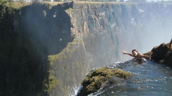 Bể bơi của quỷ, thác Victoria, Zambia: Bể bơi này nằm sát rìa thác Vitoria, dọc sông Zambezi ở biên giới Zambia và Zimbabwe. Vào mùa khô, nước ở Bể bơi của Quỷ hạ xuống đủ để du khách bơi ra rìa thác và nhìn xuống từ độ cao 90 m. Hướng dẫn viên địa phương khẳng định bạn sẽ không bị cuốn xuống nhờ có một tường đá tự nhiên ở ngay dưới bề mặt nước.  Ảnh: Cartman.