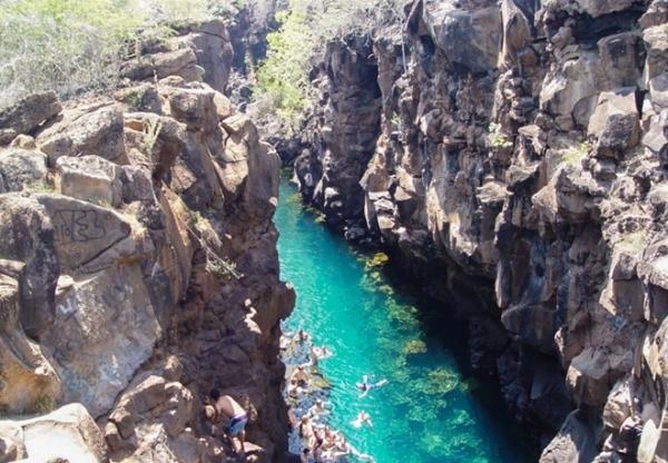 Las Grietas, Puerto Ayora, Ecuador: Đây là một hẻm núi được tạo ra bởi nham thạch. Cả nước mặn và nước ngọt đổ vào hẻm núi này, tạo ra một hồ bơi tự nhiên với nhiệt độ luôn duy trì ở mức 18-20 độ C. Để tới được đây, du khách phải đi bộ một quãng khá xa, bù lại họ sẽ được tận hưởng làn nước trong vắt, mát mẻ tuyệt vời.