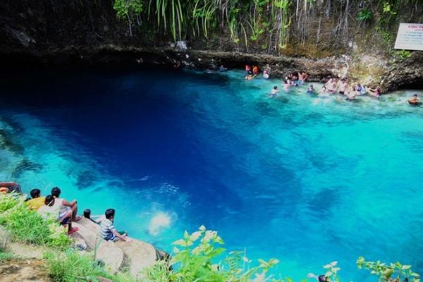 """Dòng sông màu nhiệm, Mindanao, Philippines: Sông Hinatuan, hay còn được người dân địa phương gọi là """"Dòng sông màu nhiệm"""" vì nước dường như chảy ra từ lòng đất, một dòng sông nước mặn. Làn nước xanh biếc, mát lạnh và trong vắt mời gọi các du khách. Nước sạch và trong tới mức bạn chỉ muốn ngâm mình ở đó cả ngày. Nơi này giống như một bể thủy sinh tự nhiên bởi có nhiều loài cá xuất hiện quanh bạn. Ảnh: Philippinetouristattractions."""