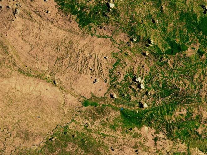 Ảnh chụp từ vệ tinh của NASA về biên giới giữa Haiti khô và Cộng hòa Dominica với địa hình phủ xanh hơn.