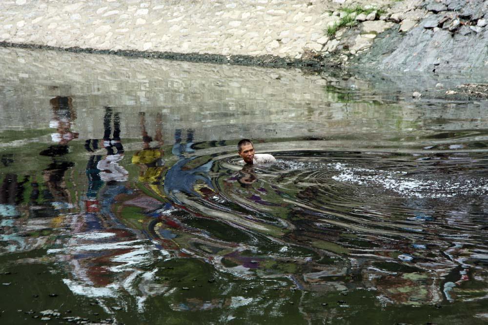 Hà Nội: Ăn trộm xe đạp rồi nhảy xuống sông Tô Lịch