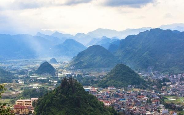 Người xem ngỡ ngàng nhìn thảo nguyên Mộc Châu với những đồi chè xanh ngút ngàn, đỉnh Pha Luông kiêu hùng huyền thoại và thung lũng Mai Châu đẹp như bức tranh thủy mặc.