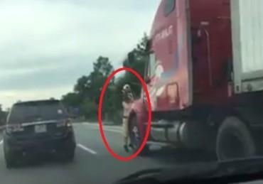 Lái xe hất CSGT xuống đường đối mặt với hai tội danh?