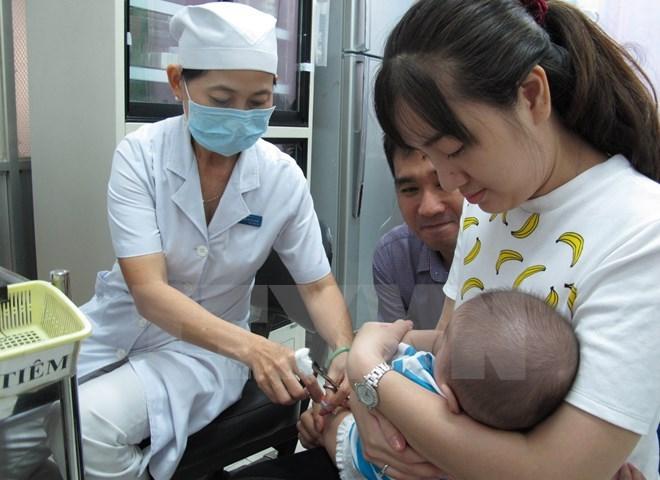 Nhiều nguy cơ với cộng đồng khi 'lười' tiêm vắcxin cho trẻ nhỏ
