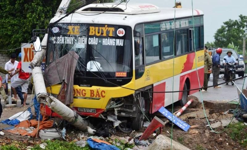 Xe buýt mất lái tông gãy cột điện, húc xe ôm xuống sông