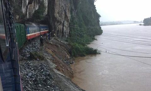 Đường sắt 'tê liệt', 4.000 hành khách mắc kẹt vì bão số 2