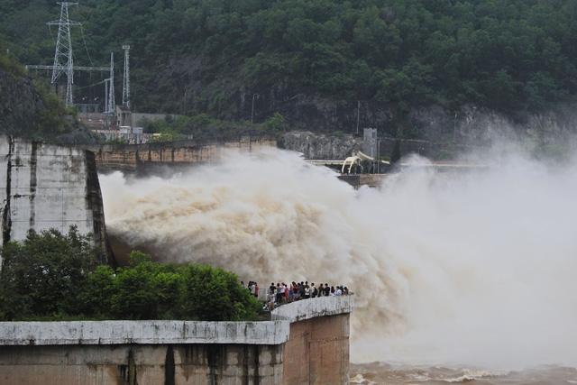 Hàng trăm người đứng bên bờ sông Đà xem đập thủy điện xả lũ