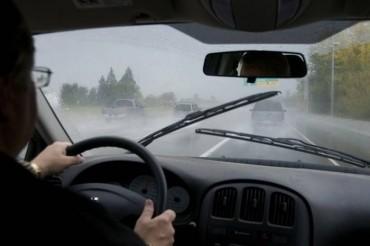 Những cảnh báo nên biết khi lái ôtô dưới mưa bão