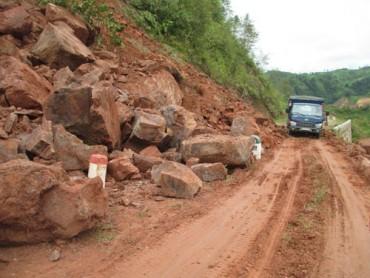 Lai Châu: Sạt lớn trên quốc lộ 4 tiếng, giao thông bị chia cắt