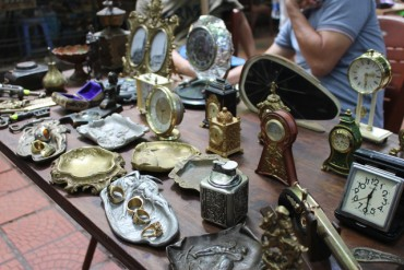 """Săn hàng """"độc"""" ở phiên đồ chợ xưa giữa Hà Nội"""