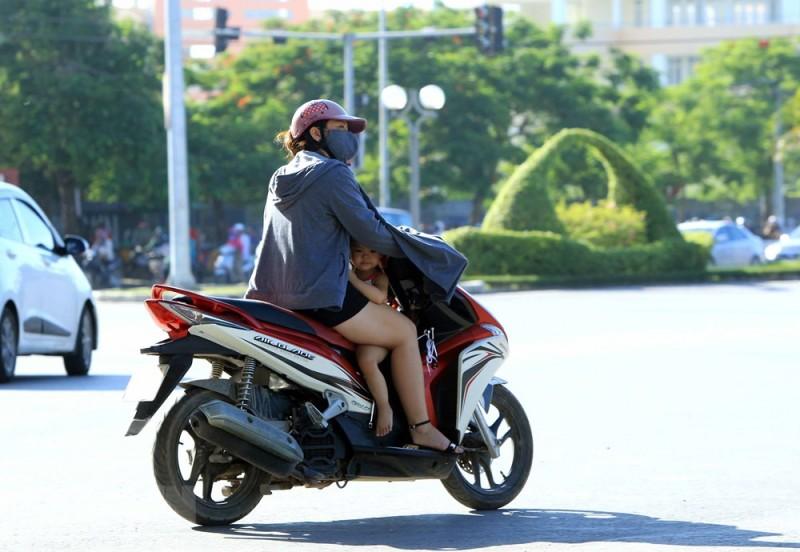 Tiềm ẩn tai nạn giao thông khi mặc áo chống nắng thái quá