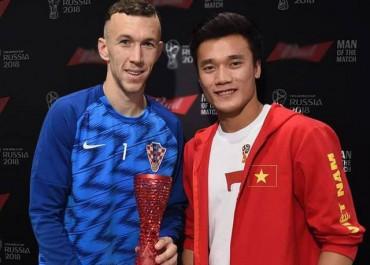 Bùi Tiến Dũng trao giải cầu thủ hay nhất trong trận Anh - Croatia