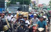"""Lật xe ở cửa ngõ Tân Sơn Nhất, người đi đường """"nghẹt thở"""" vì kẹt xe"""