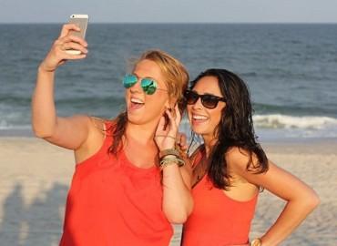 Làm gì khi điện thoại bị rơi xuống cát?