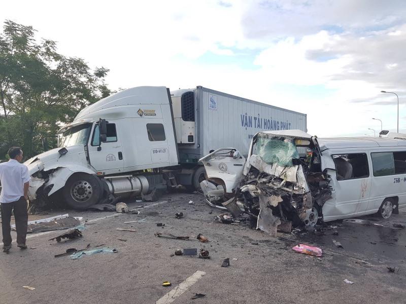 Xe rước dâu va chạm với xe đầu kéo, 13 người tử vong