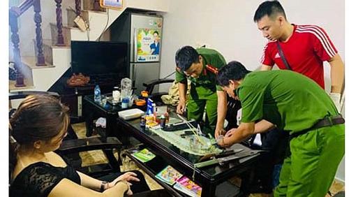 Thanh Hóa: Bị công an vây bắt, 'nữ quái' buôn ma túy ôm vũ khí cố thủ trong nhà