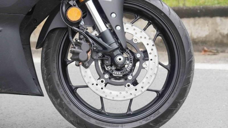 Tại sao trên phanh đĩa xe máy có nhiều lỗ nhỏ?