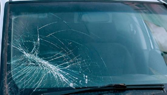 Tại sao không rửa kính chắn gió ôtô sau khi vừa đi ngoài trời nắng?