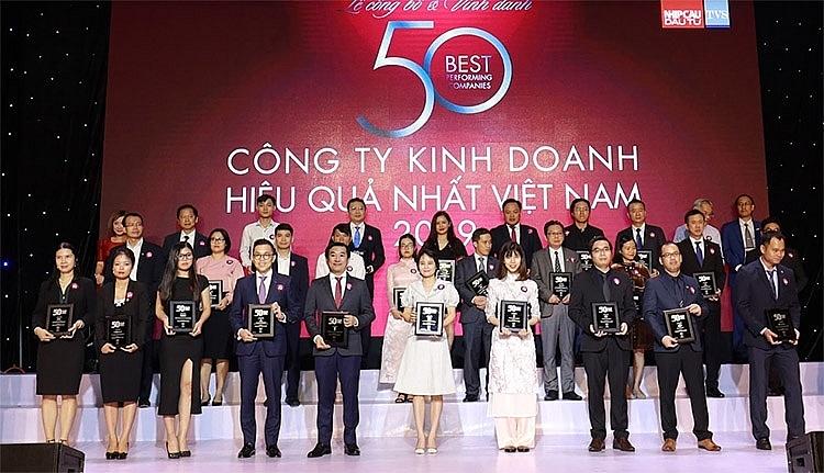 """Ông Đỗ thanh tuấn – giám đốc Đối ngoại công ty vinamilk (hàng đầu, thứ 5 từ trái sang) tại lễ vinh danh """"top 50 kinh doanh hiệu quả nhất việt nam"""""""