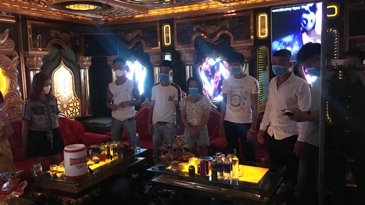 Từng bị xử phạt, quán karaoke vẫn mở cửa bất chấp mùa dịch