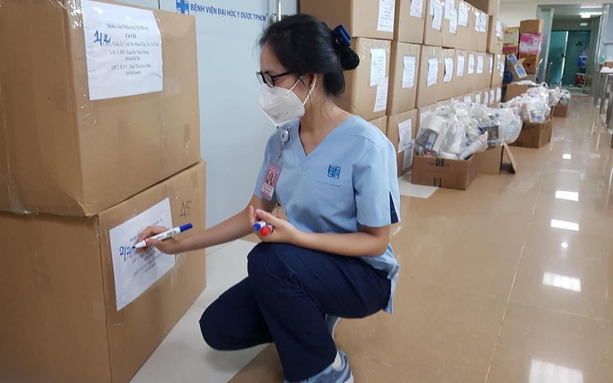 Kiểm tra trang thiết bị trước khi lên đường (Ảnh: Bệnh viện ĐH Y dược TP.HCM)