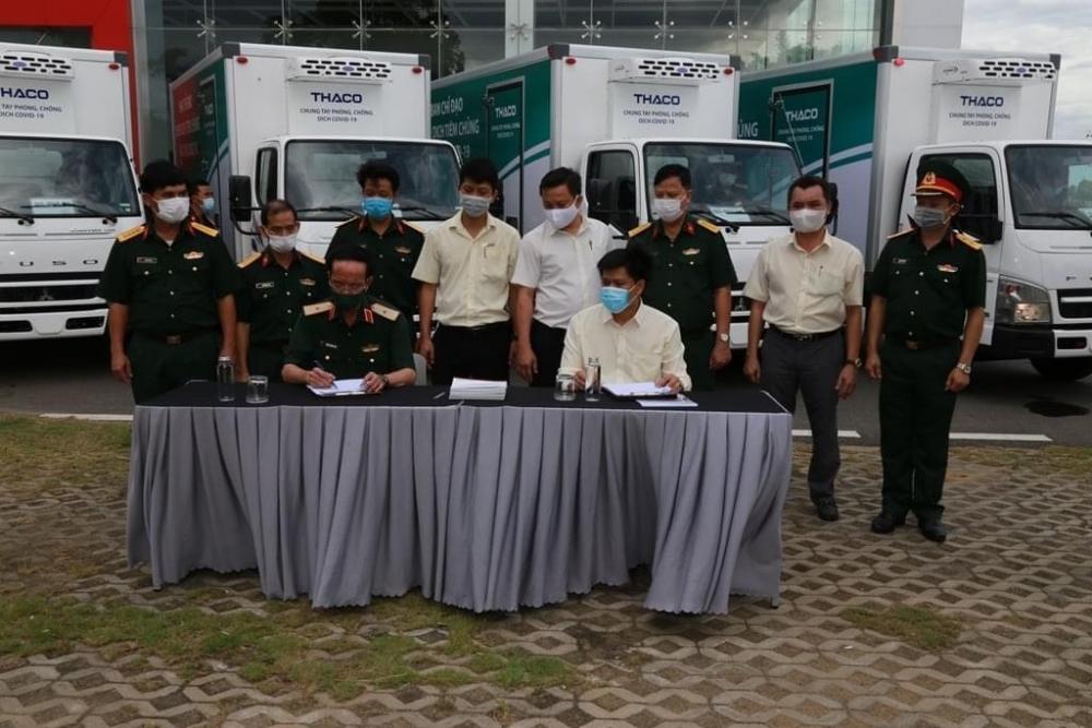 Quân khu 5 tiếp nhận 14 xe chở vắc xin chuyên dụng